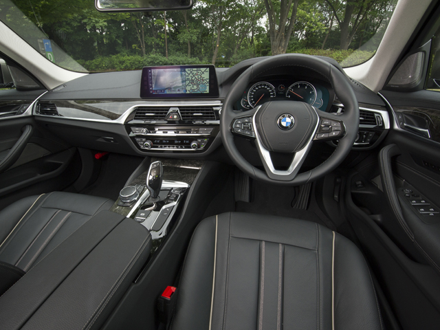 ▲iDriveコントローラーに加え、大きくなったディスプレイはタッチパネルとされ利便性が向上。ディスプレイ・キーによって遠隔操作で車外から駐車を行うことも可能に