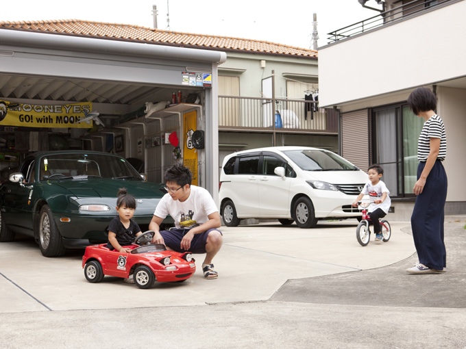 ▲ご自宅前のガレージには、車だけでなく、子供たちのおもちゃや自転車、アウトドアグッズが。親子のワクワクがいっぱいに詰まっている