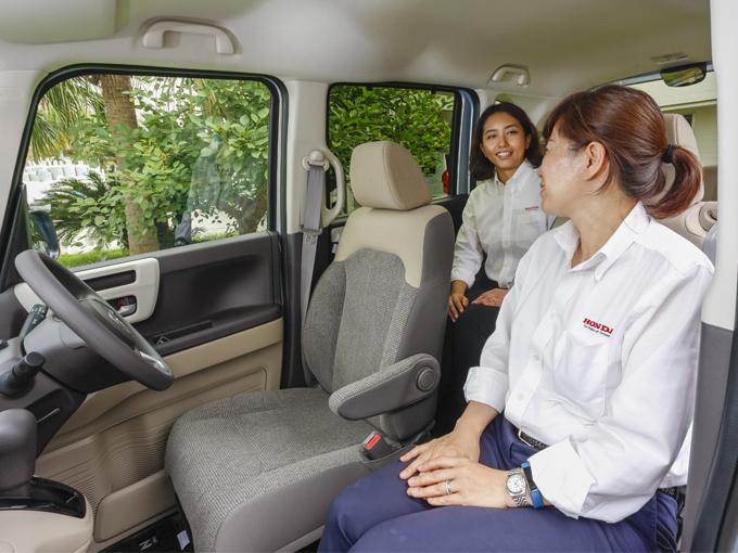 ▲セパレートシートは助手席が前後570㎜スライドする。このように後席との距離を近づけ会話を快適にするなど、多彩なシートアレンジが可能