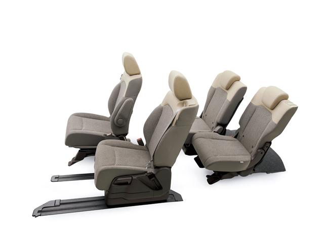 ▲新型N-BOXで大きく進化した部分のひとつがシートアレンジ。後席スライドに加え、助手席を57cmもスライドさせて、前後席のアレンジを自在にしました