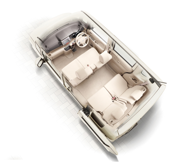 ▲新型は室内空間の使いやすさが大幅に向上しましたが、初代も車内がとても広く使いやすいのが特徴です