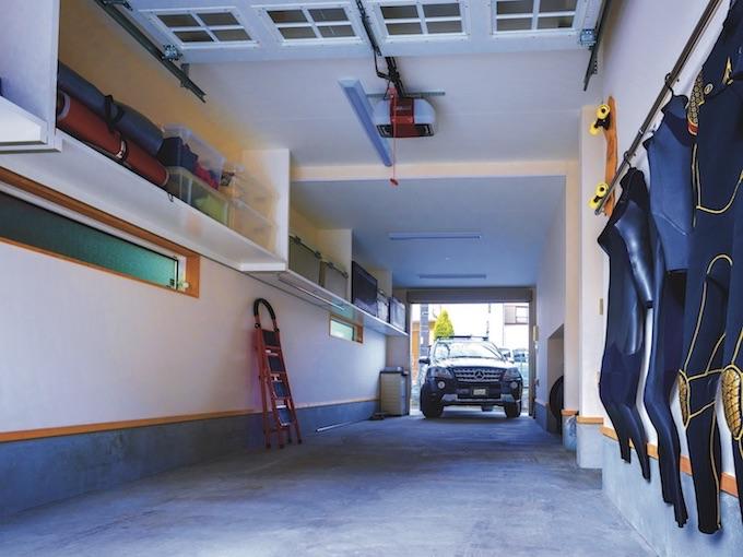 ▲自宅の裏からガレージに進入し、出動時はそのまま前進で。ありそうでなかった一方通行のトンネル型ガレージの使い勝手はいかに