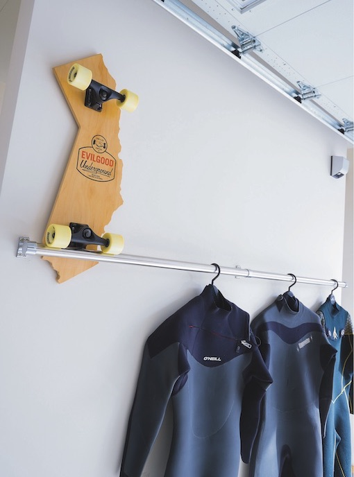 ▲ガレージ内には、サーファーのすみからしい小物が随所にレイアウトされている。このスケートボードはカリフォルニア州をかたどっている