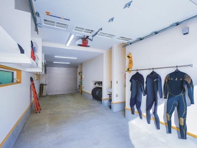 ▲スペアタイヤをはじめ大物の収納も、いっさいガレージ内部にははみ出さないようにデザイン。海でのシャワー用に、お湯の出る水場も設置されている
