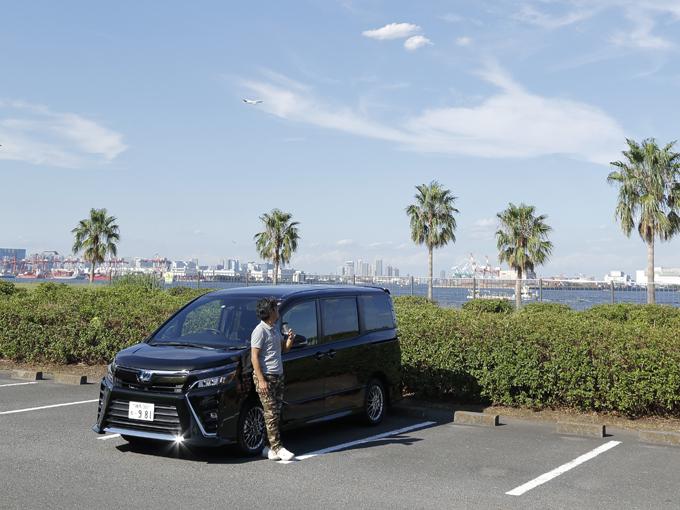 ▲ヴォクシーは、トヨタの売れ筋である5ナンバーサイズミニバン。2014年から生産されている現行型は3代目にあたる。今年7月にはマイナーチェンジを受け、ヘッドランプなど主にエクステリアが変更された。今回扱ったHYBRID ZSはハイブリッドモデルの最上級グレードにあたり、内外装に専用の加飾が施されている。また、ノア、エスクァイアは兄弟車にあたる