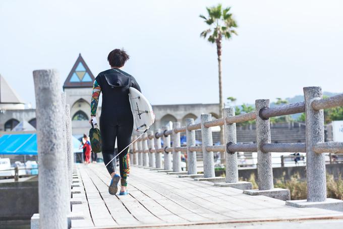 ▲スノーボードも候補だったが、冬にしかできないということで、寒さを我慢すれば年中取り組めるサーフィンを選んだそうだ