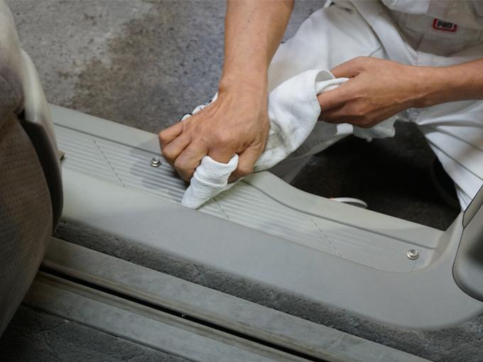 ▲ステップなどの樹脂部分もクリーニング対象。料金などの詳細は相談を