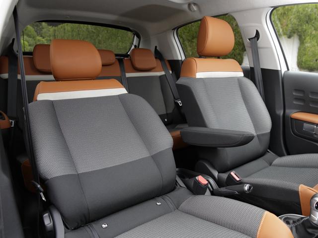 ▲座り心地だけでなく路面からの衝撃を吸収してくれ、伝統とも言えるソフトなシートを装着。現代的スタイルとリラックスした座り心地を実現させた。ラゲージ容量は300Lとなる