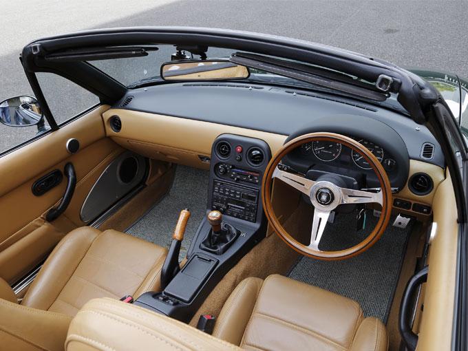 ▲1.6Vスペシャルの内装はタン色の本革シートや、ナルディ製のウッドステアリングが使われており、クラシカルで上品な印象を受ける