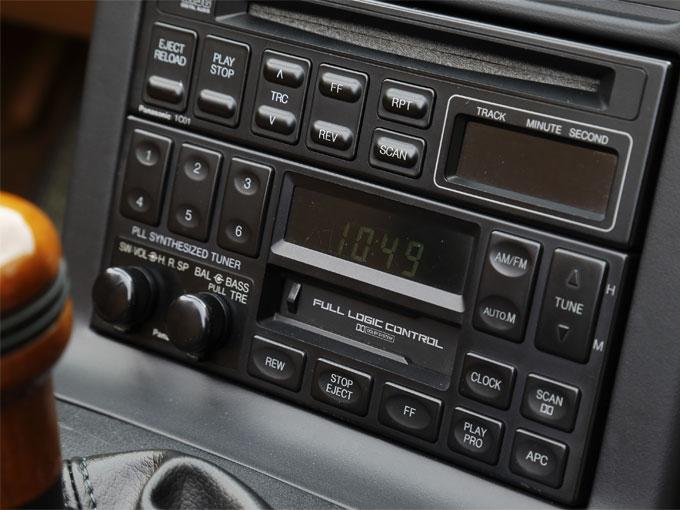"""▲今ではほとんど見なくなった懐かしの""""カセットデッキ""""。今回は使用しなかったが、カセットテープの少しノイズが入った音とともに、ノスタルジックな気持ちに浸りドライブしたい"""