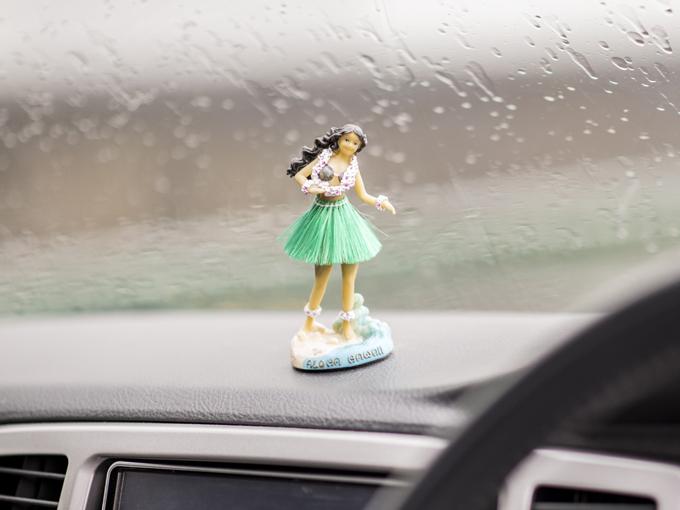 ▲新婚旅行の時にハワイで購入したフラガールの人形。お気に入りでダッシュボードに。車が動くとフラフラ揺れる
