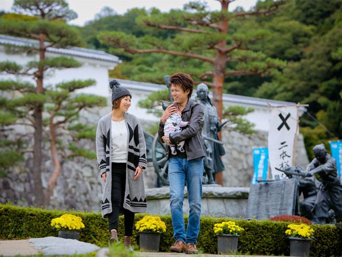 ▲齋藤さんが幼い頃に友人たちとよく遊んでいた霞ヶ城公園。慣れない手つきでわが子を抱える新米パパの様子が愛らしい