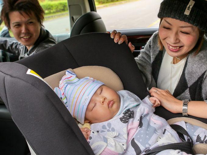 ▲乗り心地の良い後部座席で、梨愛ちゃんはぐっすりお休み中
