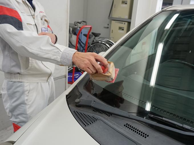 ▲機械と研磨剤を使用し研磨する。油膜や汚れを削り取り、ガラス面をリフレッシュさせることができる