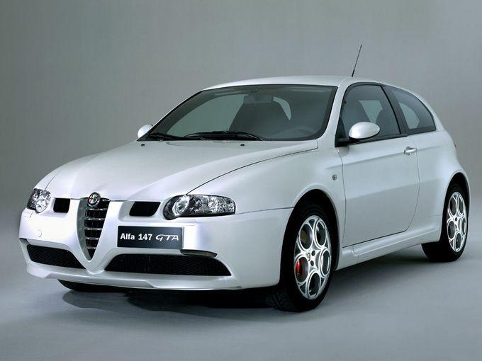 ▲こちらは2003年5月に発売されたアルファロメオ 147 GTA。エンジンは「兄貴分」の156 GTAと同じ特製3.2L V6で、こちらもトランスミッションは6MTとセレスピードが用意された。中古車相場は総額80万~180万円といったところ
