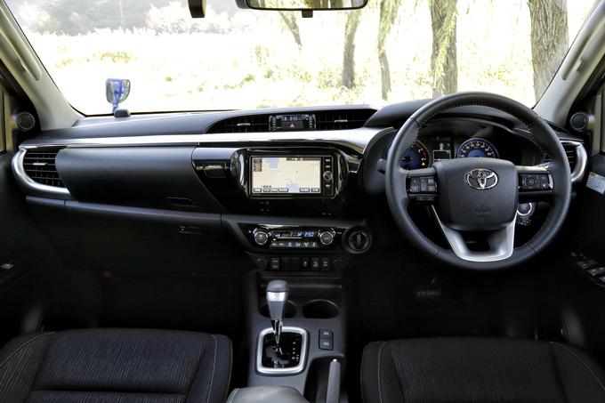 ▲シンプルだが質素すぎず、近年のトヨタらしさも感じるインテリア。ピックアップトラックとしては、かなり上質な域だ。交通事故防止対策の一環として普及啓発している「セーフティ・サポートカー(サポカー)」でもあり、自動ブレーキなどの安全支援装置も充実している