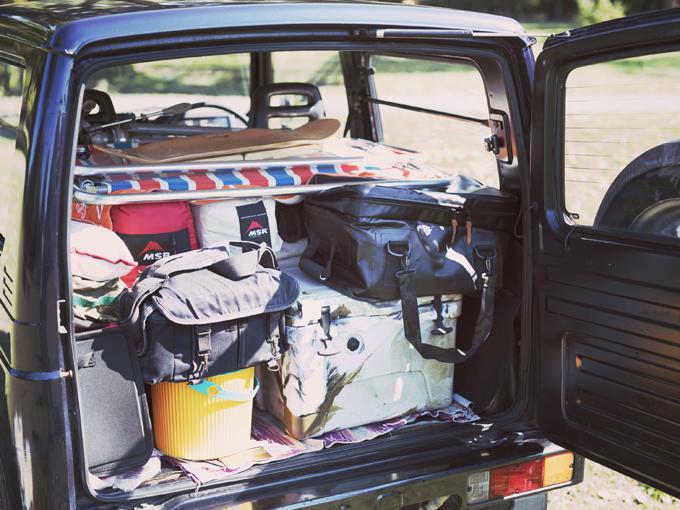 ▲リアシートをたたみ、愛用のキャンプ道具と仕事道具のカメラ機材を積載