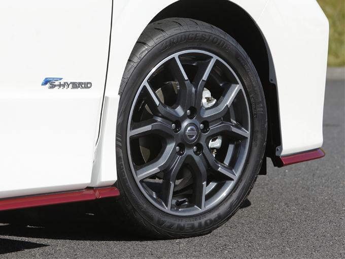 ▲こちらも専用品の17インチアルミホイール。タイヤはグリップ力の高いブリヂストン RE003(サイズは205/50R17)を装着しており、ハンドリングはとってもシャープです。パワーステアリングもチューニングされ、ベースモデルに比べ、少し重めの設定となっています