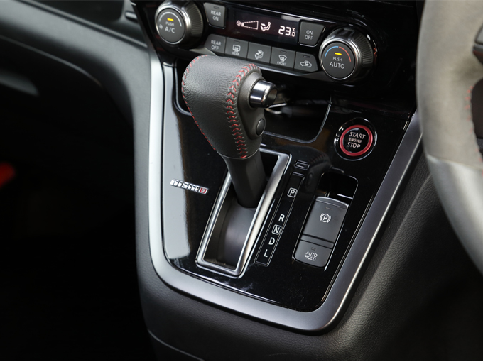 ▲シフトノブは本革巻き+レッドステッチを施したものを採用。シフトパネルにはNISMOのエンブレムが装着されています。エンジンスタートボタンのまわりはレッドで縁取られています
