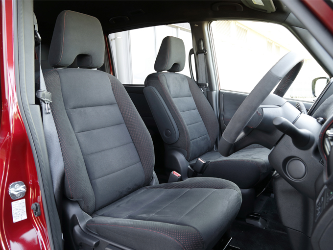 ▲シートは、座面をスエード調の生地に変更した専用品。衣服との摩擦を高めていて、コーナリング時に体がずれにくく高いホールド性を発揮します