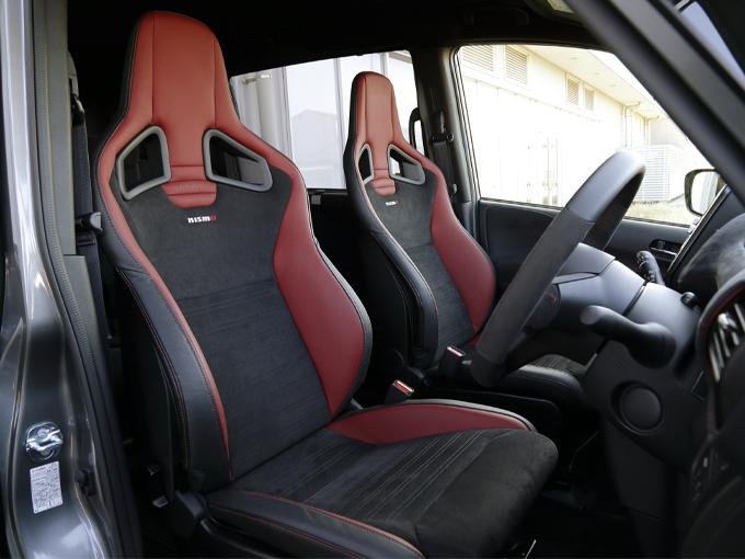 ▲カーオプションでレカロ社製のスポーツシートも選択できます。座面脇のコブの高さは、乗降性を配慮したミニバン専用の設計です。実際にこのシートを装着したモデルに試乗しましたが、カーブでも体がずれることなくホールド性は抜群でした!