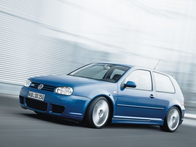 ▲ゴルフ4(1998~2004年)とゴルフ5(2004~2009年)の時代に登場した、3.2L自然吸気V6搭載の超ハイパフォーマンスグレード「R32」。写真はゴルフ4のR32