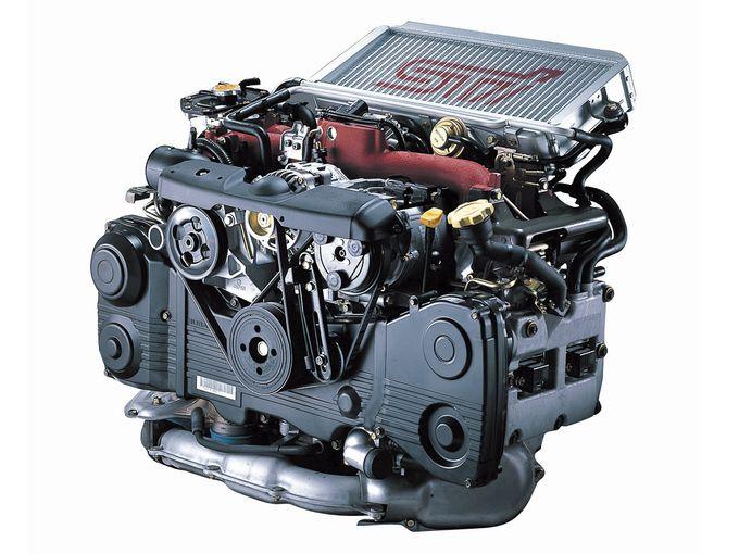 ▲89年の初代レガシィから現在に至るまで、様々な改良を受けながら製造され続けているスバルの2L水平対向4気筒エンジン「EJ20」。写真は01年式インプレッサSTIのターボチャージャー付きEJ20