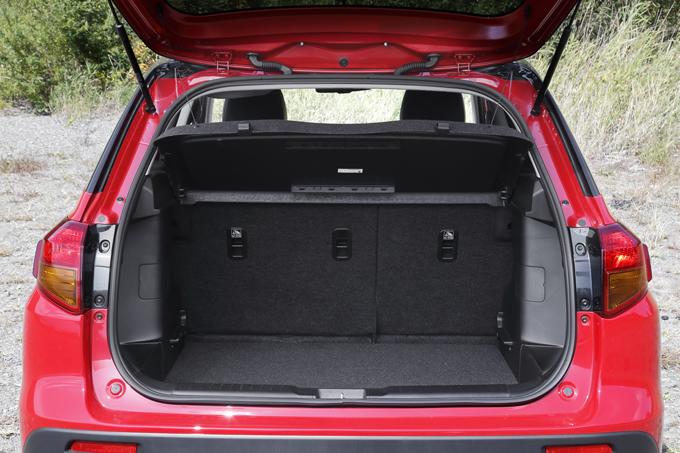 ▲開口部が広く設計された荷室。6:4分割可倒式のリアシートと上段・下段にセットできるラゲージボードにより、荷物や利用シーンに合わせて多彩なアレンジが可能