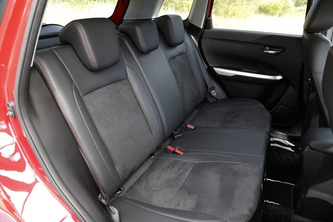 ▲後席空間も黒を基調に。シートは本革&スエード調シート表皮(エンボス加工)