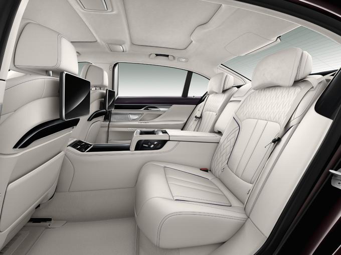 ▲エグゼクティブ・ラウンジ装備車はリア2座仕様に。内外装でよりエレガントさを強調したエクセレンスは外観にクロームパーツを、室内はIndividualフルレザー・メリノなどの高級素材を用い質感を高めている