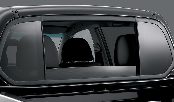 ▲ハイラックスにはない装備がこのリアパワーウインドウ。車内の換気はもちろん、解放感を味わうこともできてしまう