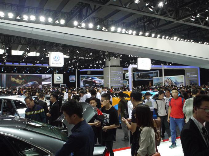 ▲東京モーターショーでは出展されることがなかったミニや、アルファロメオ、ジャガーなども軒を並べ、アジア最大規模のモーターショーへと成長した『広州モーターショー』。まだまだ自動車に熱い目が注がれていることが写真からもおわかりいただけるだろう