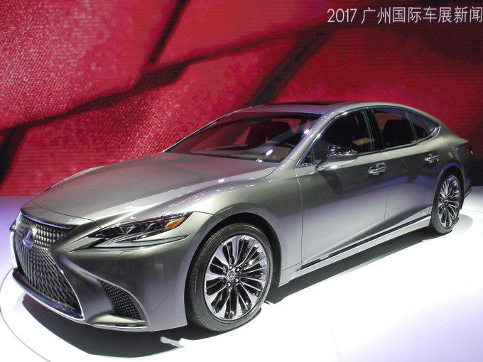 ▲中国では、2017年6月に登場している新型レクサス LS。日本仕様にはない、3.5L V6NAエンジン搭載車が展示されていた。ショー会場では歴代のLS(日本におけるセルシオも一部あり)が置いてあり、新型の盛り上げや、LSの歴史感の演出もバッチリであった