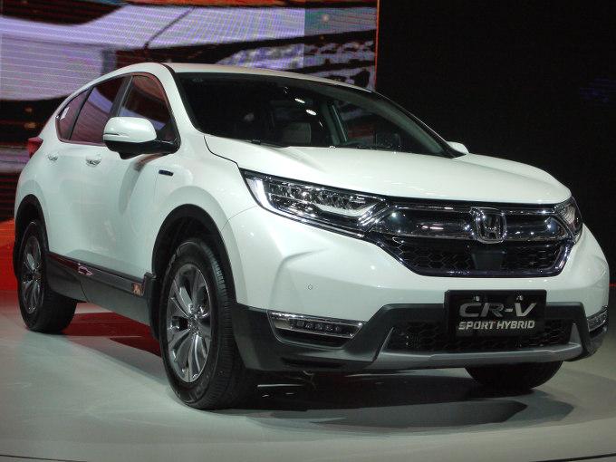 ▲日本市場への復活もささやかれるCR-V。中国では、2017年7月9日にデビューを果たした。ラインナップは、写真のスポーツハイブリッドとガソリン仕様が用意される。ハイブリッドは2Lガソリンエンジンと組み合わされ、システム総合215psを発生。燃費性能も高い