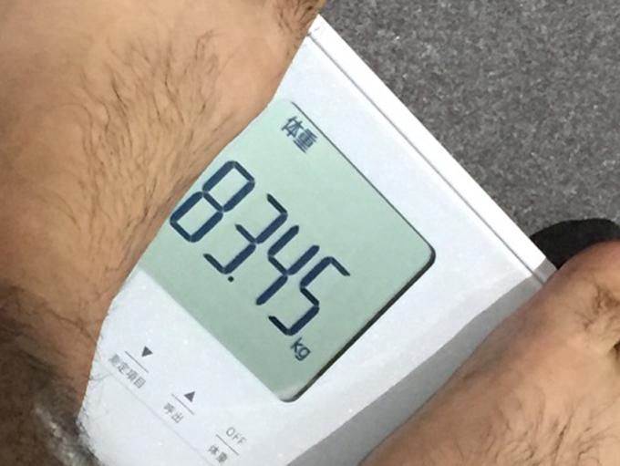 ▲ピピピ……「83.45kg」。初日の成果はマイナス0.15kg