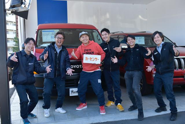 ▲守屋さん(左から2番目)、フレックスIT部の平田さん(右から2番目)、そして世田谷店のみなさんと。長くハイエースとランクルを扱っているプロなので、ベース車選びも親身に相談に乗ってもらえる