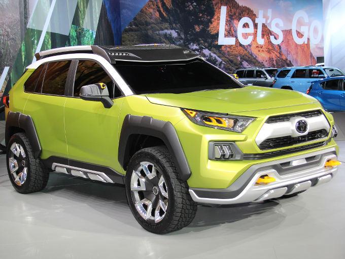 ▲トヨタが小型SUVのスタディモデルとして発表した「FT-AC」。FTは未来(フューチャー)、ACはアドベンチャーコンセプトの略だという。樹脂製ワイドフェンダーに収まるタイヤは20インチを採用。黄色いけん引フックや、前後のアンダーガードも迫力満点