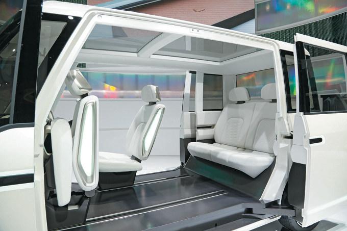 ▲ショーモデルで提示されたように、次期タントの助手席には、チップアップ機構が追加されて、シートが前方に格納できる模様。助手席側から運転席に乗り込むような使い方もアピールされるはず