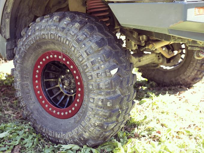 ▲ダブルショック化し、タイヤは抜群のオフロード走破性を誇るスーパースワンパーを装着。空気の圧力で前後のデフロックを作動させる装置も後付けした