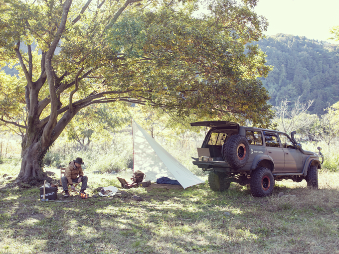 ▲選りすぐりのギアを開発・販売する専門メーカー「Bush Craft Inc.」の代表を務める相馬拓也さん。愛車は、日本を代表する本格クロスカントリー4WD、ランドクルーザーだ。1980年代末から90年代にかけて生産された80系と呼ばれるシリーズで、今も高い人気を誇る