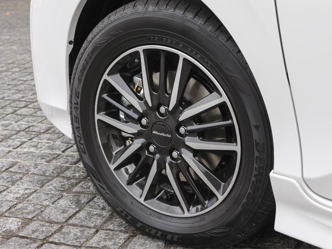 ▲ホイールも専用品の15インチアルミホイールでタイヤサイズは185/65R15。サイズとタイヤの銘柄はコンフォート寄りですが、ただスポーティな走りに特化するのではなく乗り心地なども考慮していることがわかりますね♪