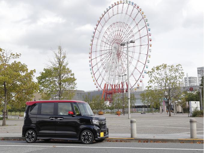 ▲軽自動車とは思えないほどの室内の広さを誇るホンダのトールワゴン、N-BOX。全国軽自動車協会連合会によると、2016年度、2017年度上半期ともに軽自動車の新車販売台数1位を獲得している人気車種だ。2017年9月に登場した現行型には、ホンダの安全運転支援システム「ホンダセンシング」を軽自動車として初めて採用し、全タイプに標準装備している