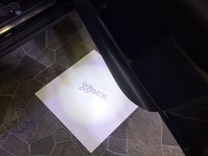 ▲足元を照らしてくれるドアランプもオプションで選べます。ロゴも入っててオシャレ! MINIみたい