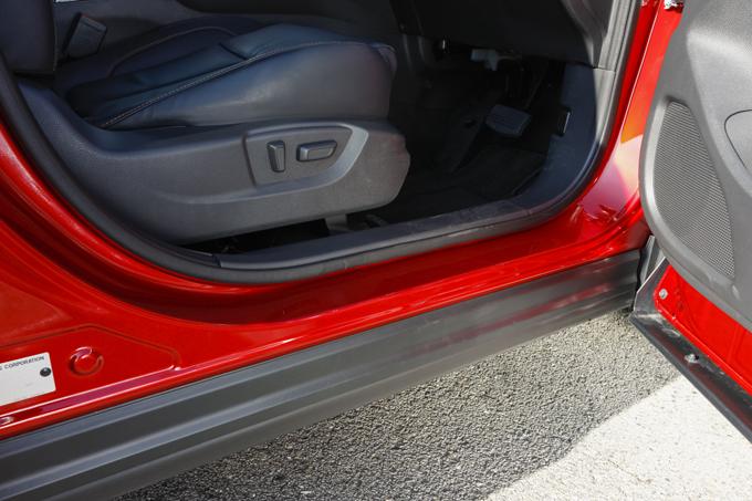 ▲ドア開口部は、車の外装が汚れた状態で降車しても、足元が汚れないよう配慮された設計に。細かなところにも欧州的なアイディアが詰まっている