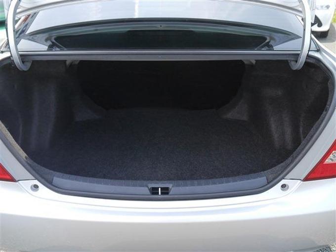 ▲日本が誇るベーシックカーだけにトランクのスペースなどは必要十分。これならファミリーカーとしても合格でしょう