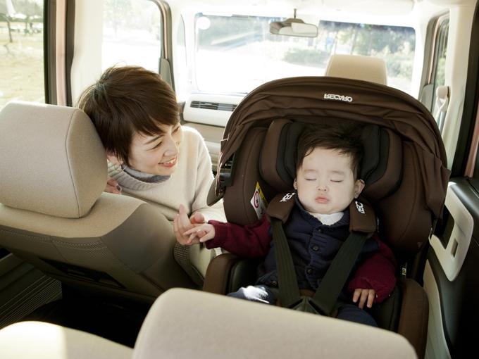 ▲助手席スーパースライドシート(タイプ別設定)なら、走行中も赤ちゃんの様子を確認することができます