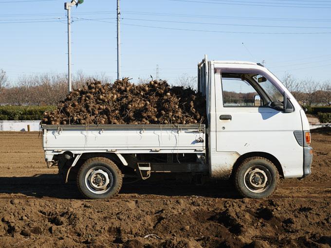 ▲足元がやわらかい土でも、4WDならではの高い走破性で前へ前へと進んでいく