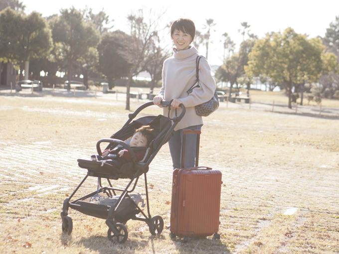 ▲こちらは、1泊2日の旅行スタイル。短期間とはいえ、子供の荷物が盛りだくさん! スーツケースの中にはオムツと予備を含めたお着替え、離乳食やミルクにおもちゃ……と、ママは荷物が膨大。ベビーカーは4月に発売された「サイベックス ミオス」