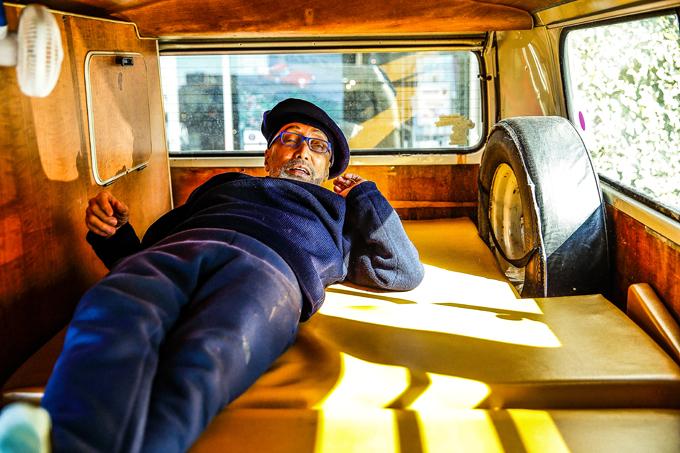 ▲スペアタイヤの横に寝るとは、こういうこと!
