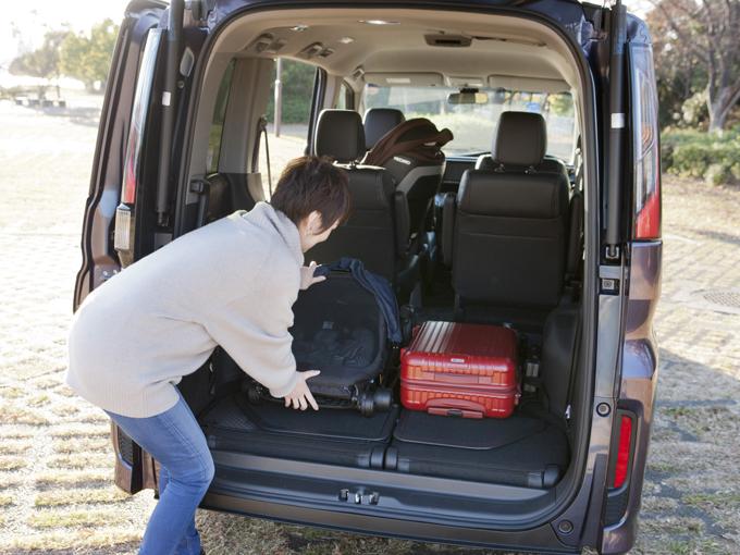 ▲3列目を床下に格納すればフラットに。大きなスーツケース、ゴルフバッグ、バーベキューセット、なんでもこいです